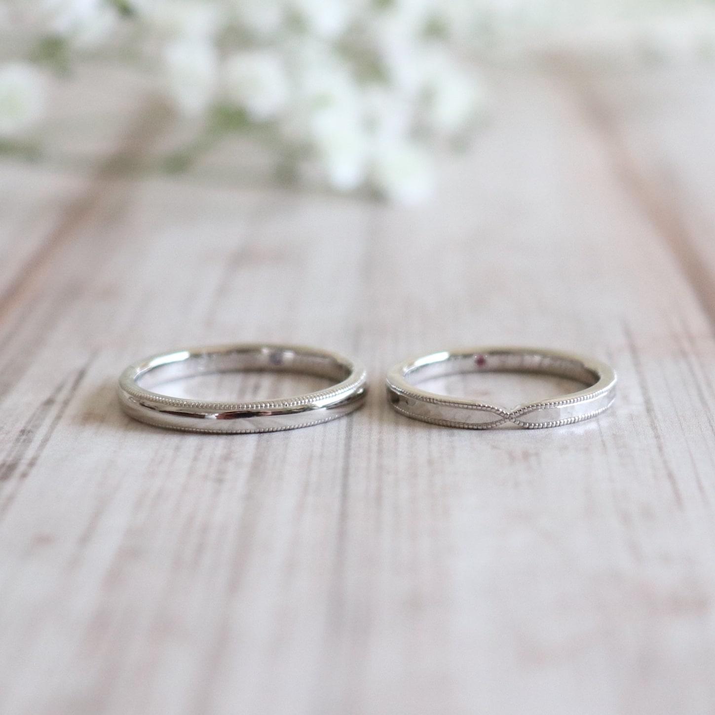 ミルグレインと鎚目を施したプラチナの結婚指輪
