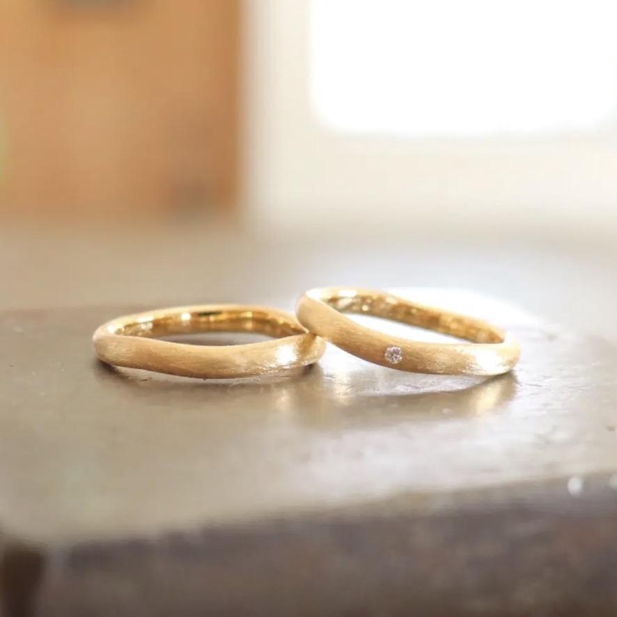 ダイヤモンドを留めたつや消し結婚指輪