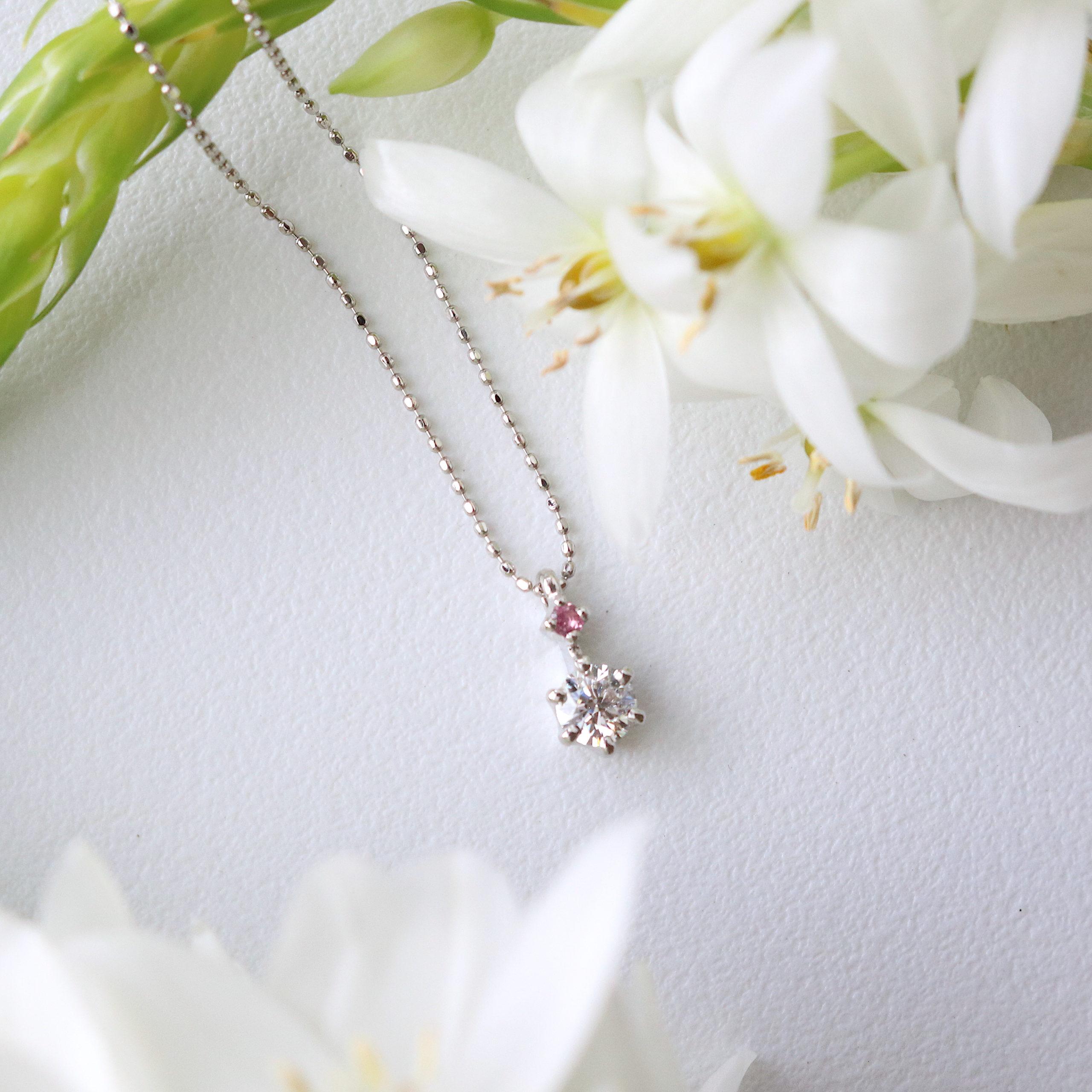 誕生石とダイヤをあしらった婚約ネックレス