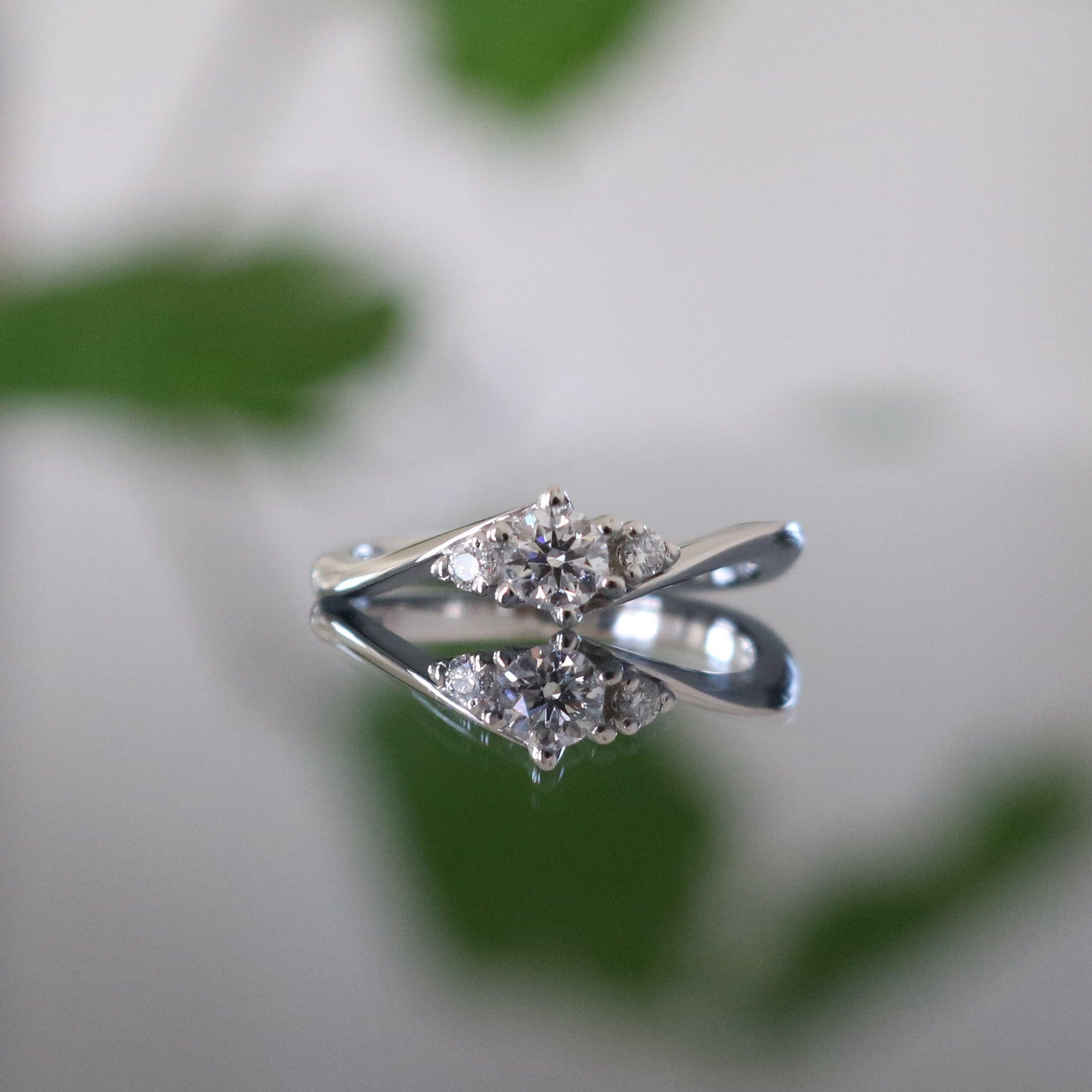 メレダイヤをあしらったウェーブデザインの婚約指輪
