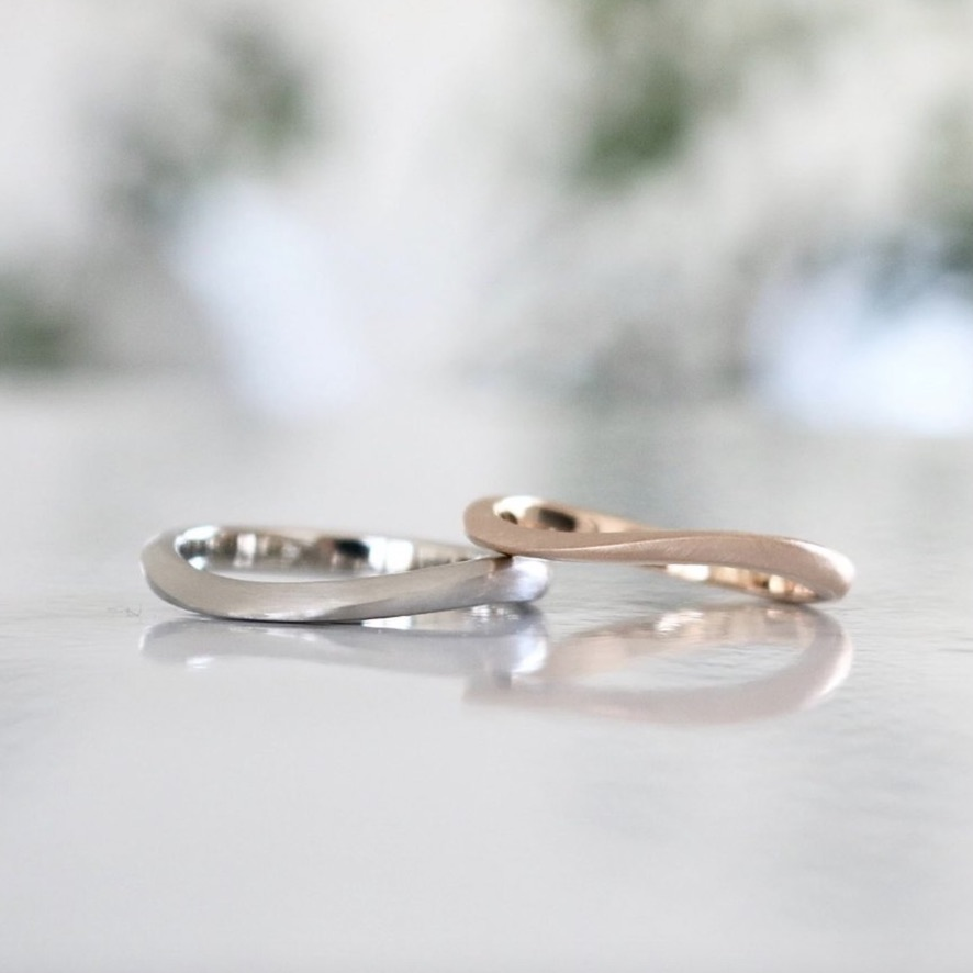 シンプルなウェーブデザインの結婚指輪