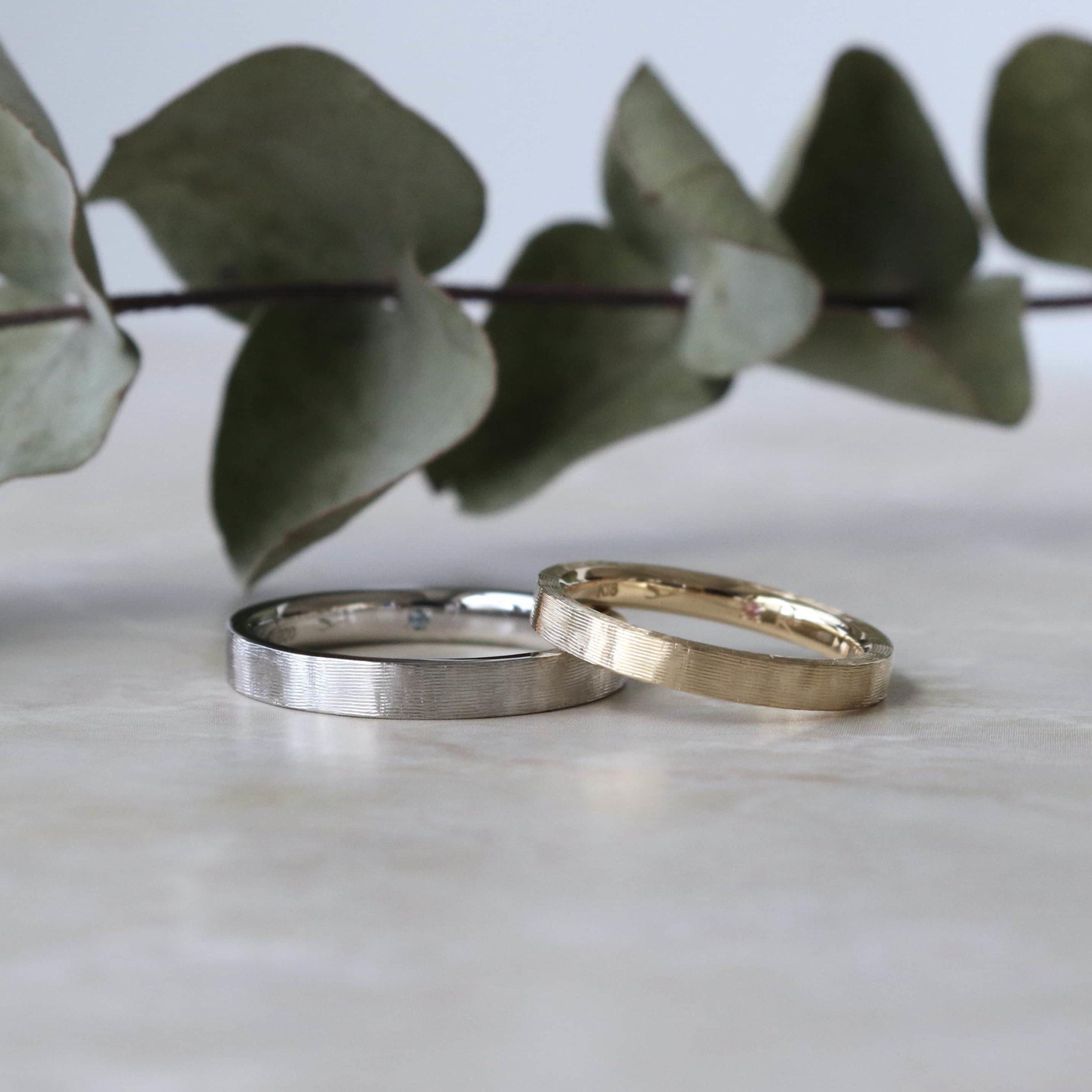 連なるライン彫りが柔らかな光沢感を生み出す色違いの結婚指輪