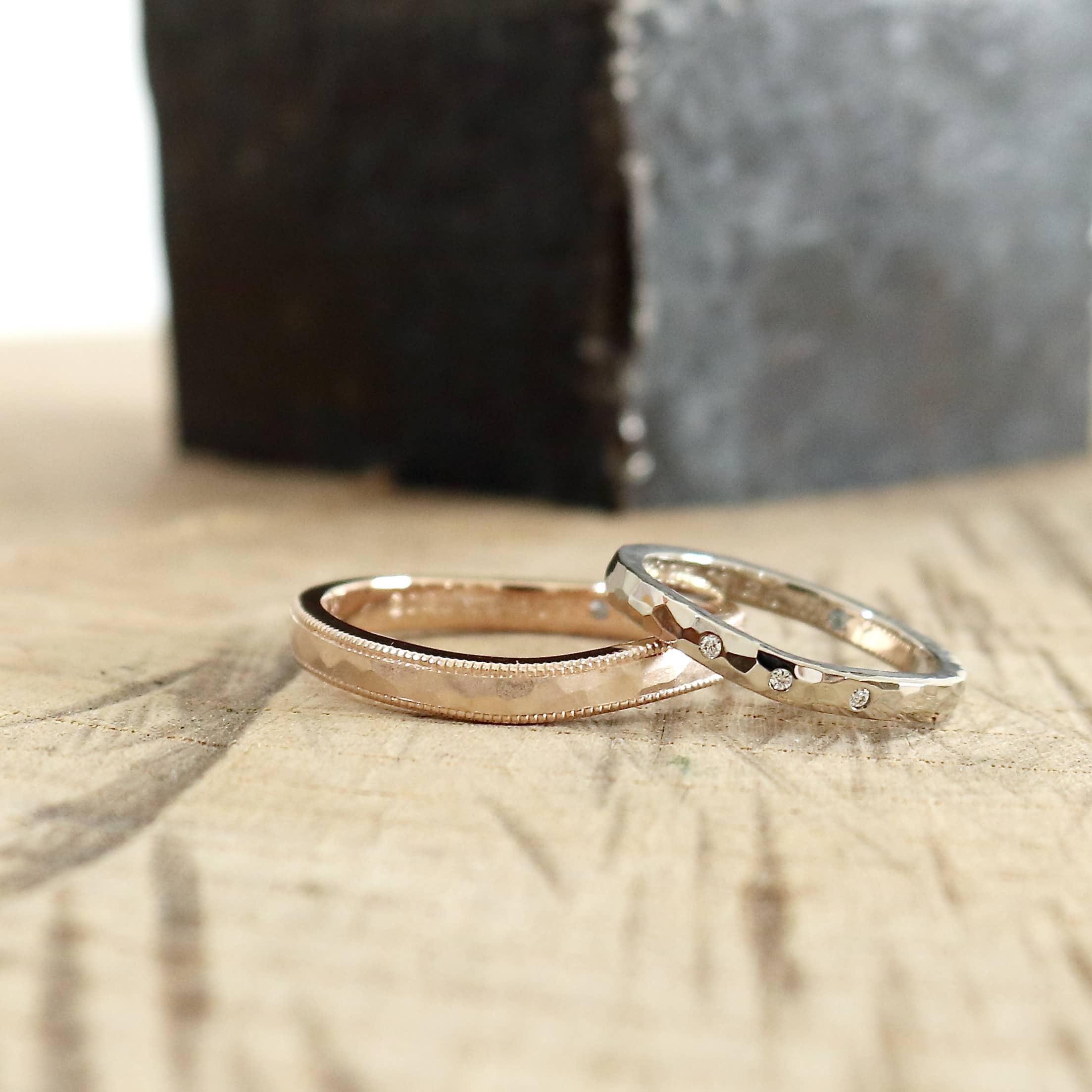 鎚目とミルグレインを施した結婚指輪