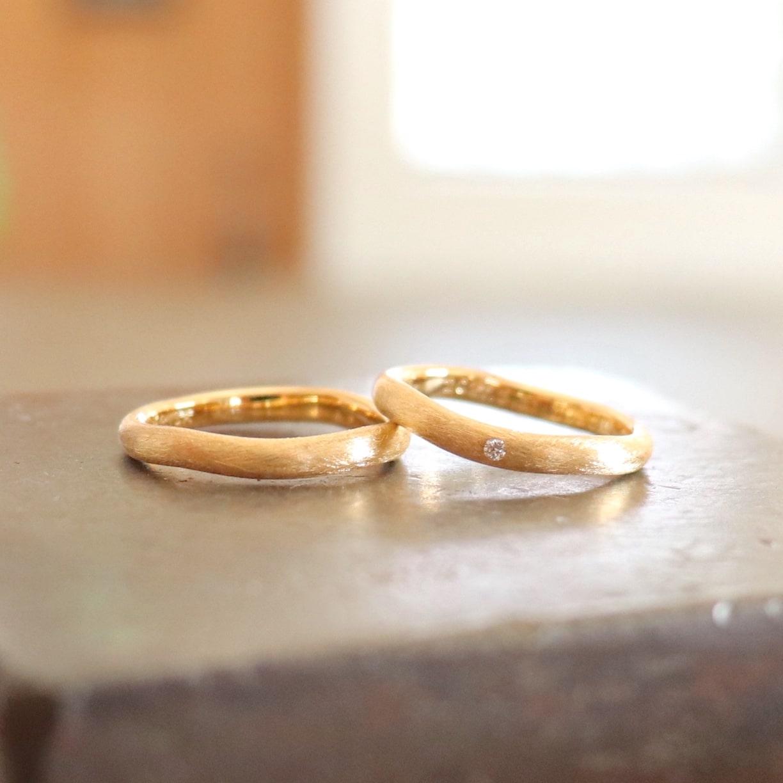 ウェーブデザインのマットなゴールドの結婚指輪