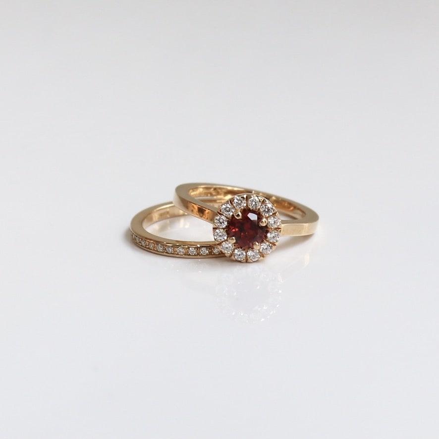 ダイヤモンドをあしらたゴージャスな結婚指輪と婚約指輪