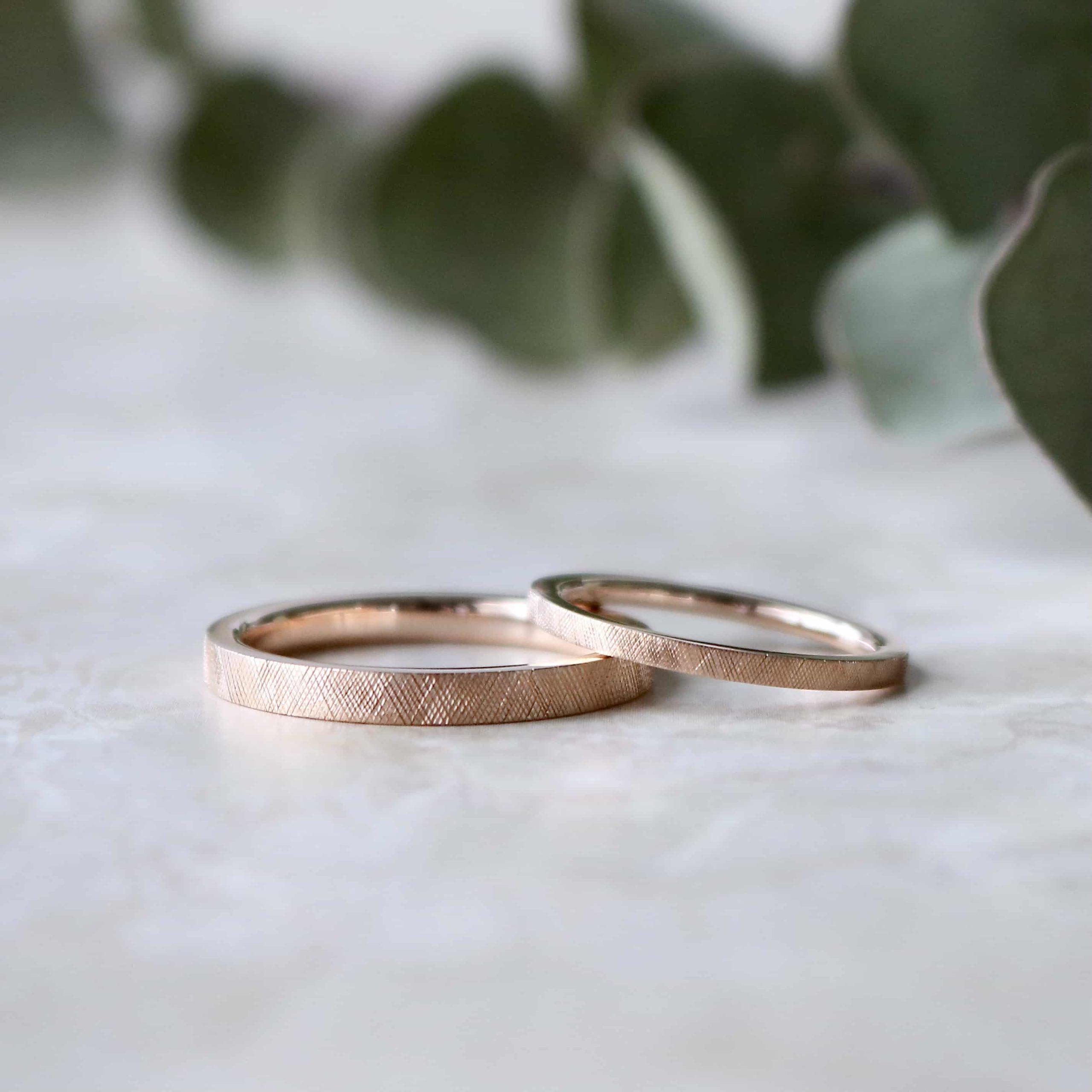 ライン彫りを施したピンクゴールドの結婚指輪