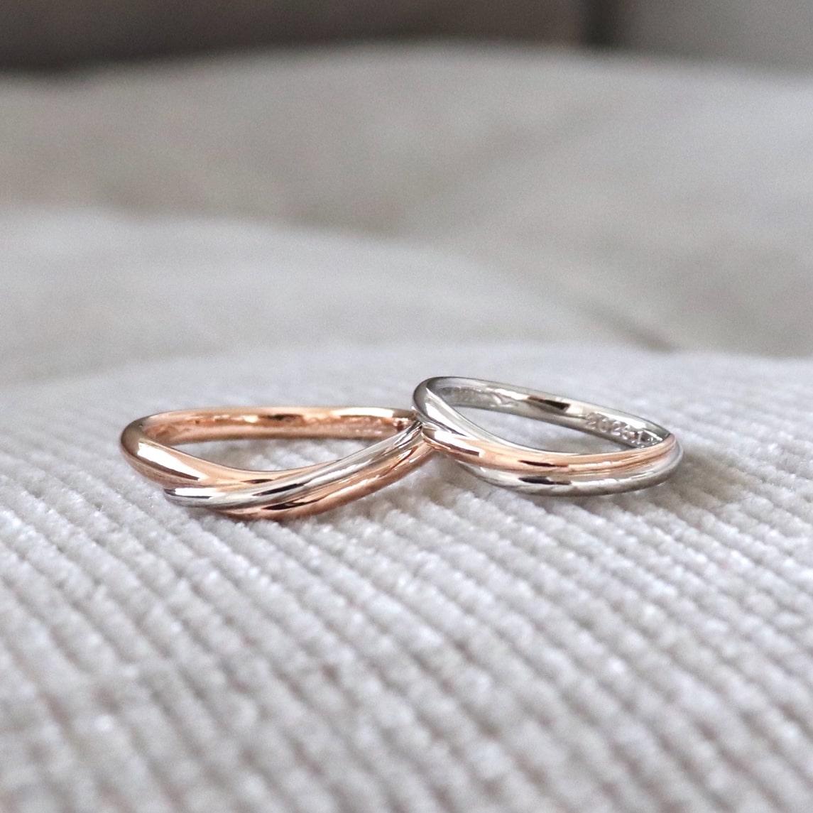 U字ウェーブのコンビリングの結婚指輪