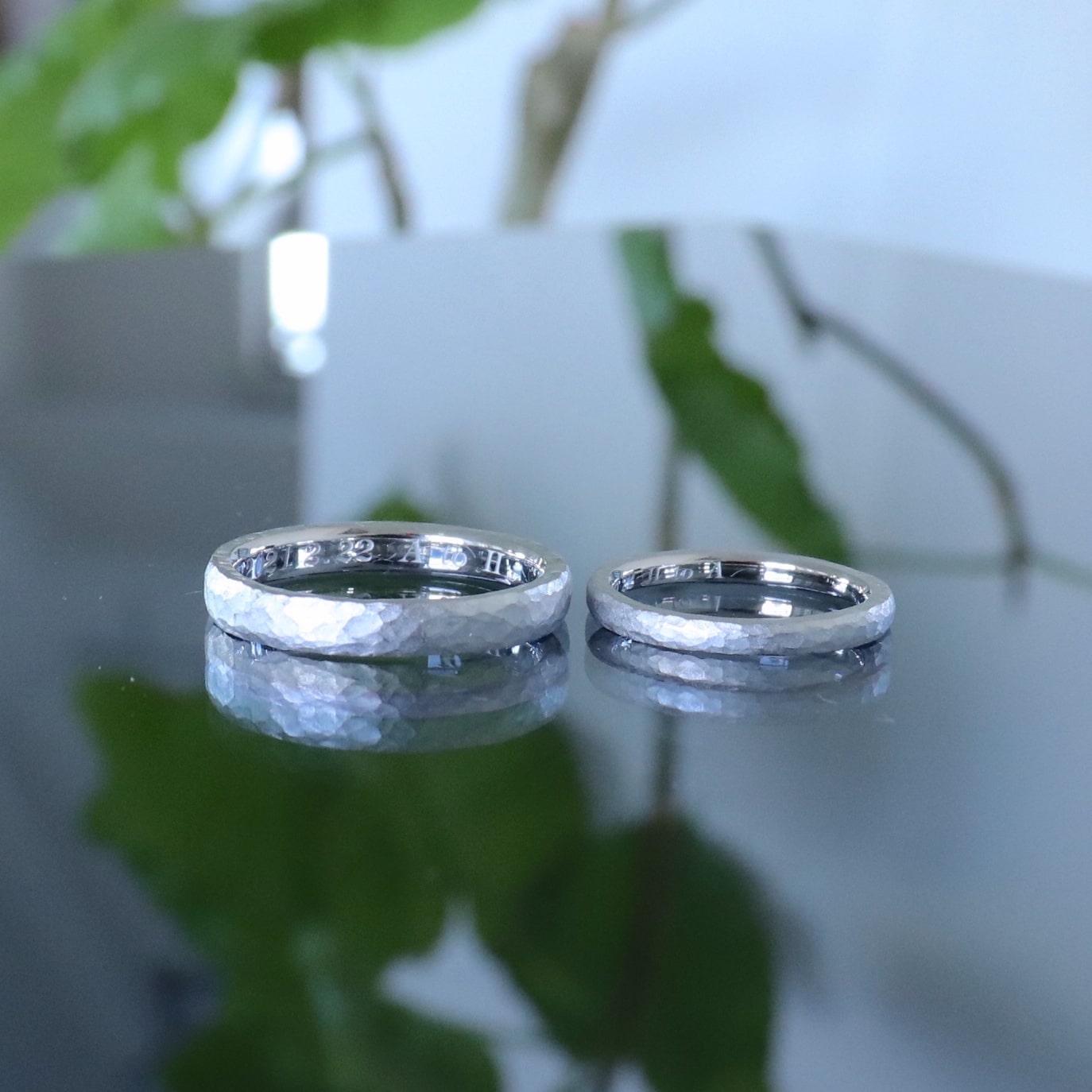 鎚目模様を施したマットな結婚指輪