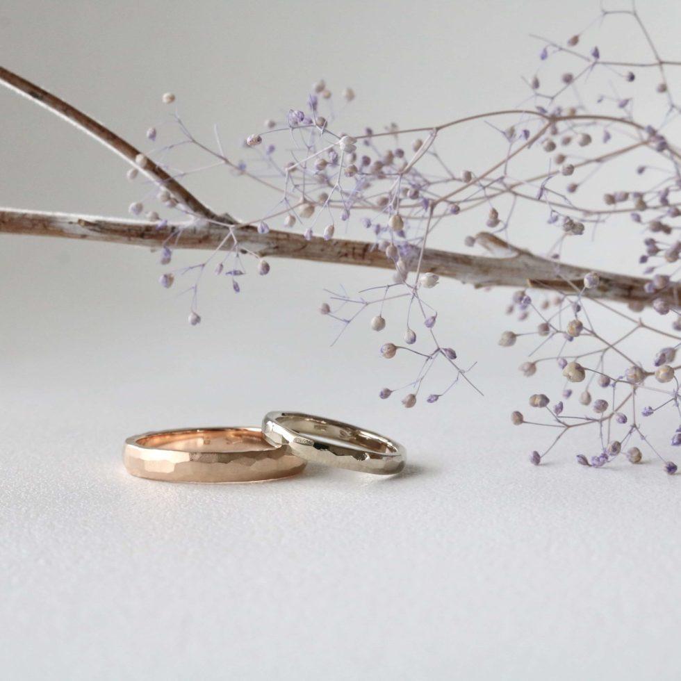 鎚目を施したゴールドの結婚指輪