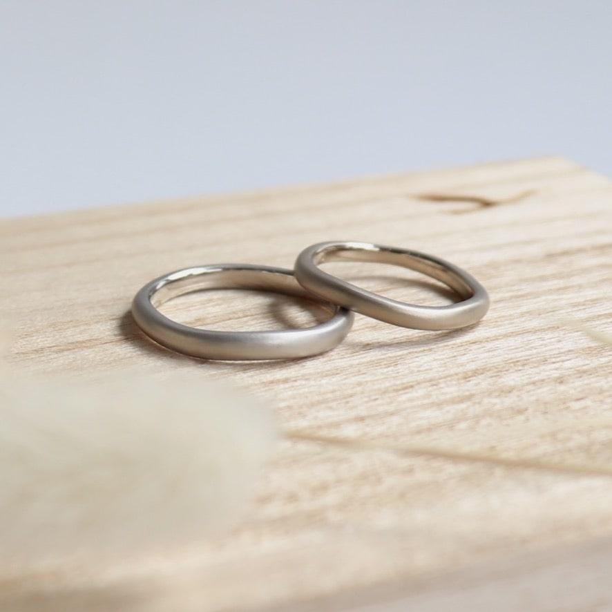 ウェーブフォルムのマットなホワイトゴールドの結婚指輪
