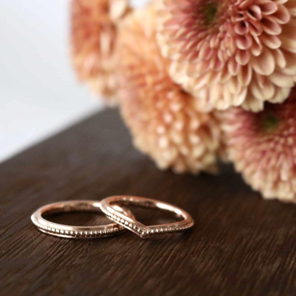 ミルグレインを施した細身のピンクゴールド結婚指輪