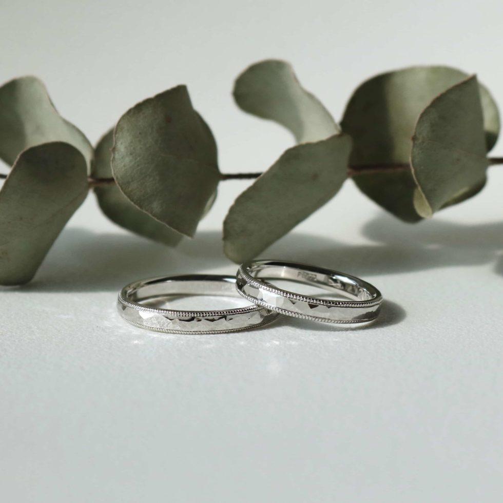 鎚目とミルグレンを施したプラチナの結婚指輪