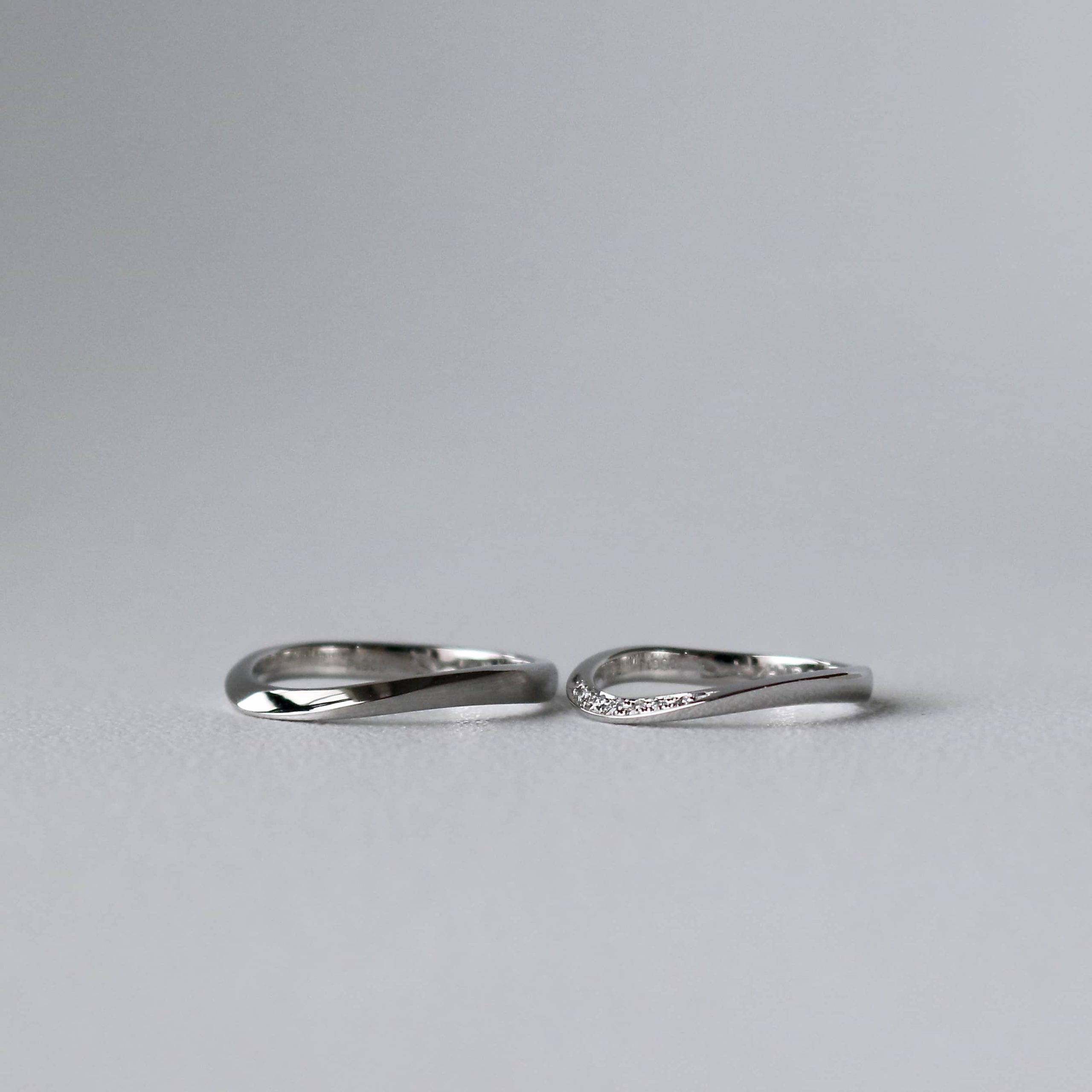 S字ウェーブが上品なプラチナ結婚指輪