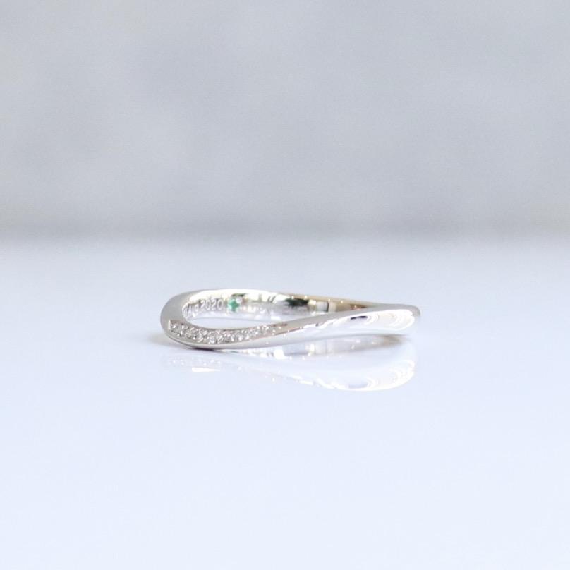 エメラルドが上品に輝くS字ウェーブの結婚指輪