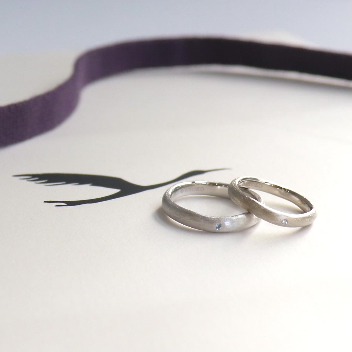 互いの誕生石を交換して仕立てたマットな結婚指輪