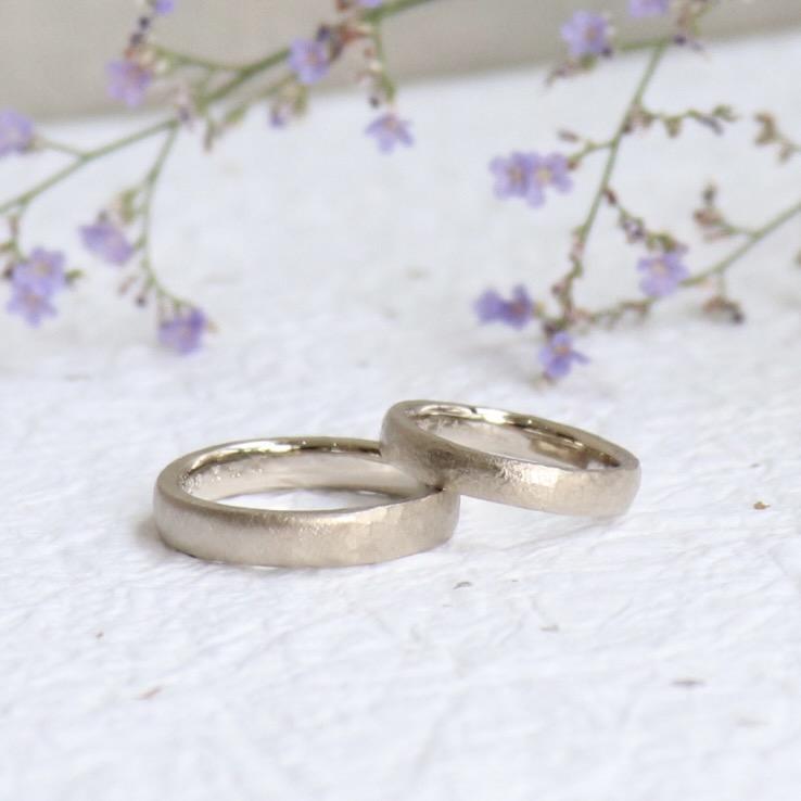 マットなホワイトゴールドの結婚指輪