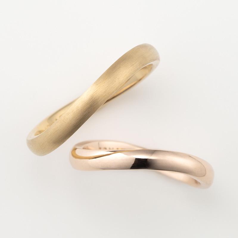 S字ウェーブのピンクゴールドの結婚指輪