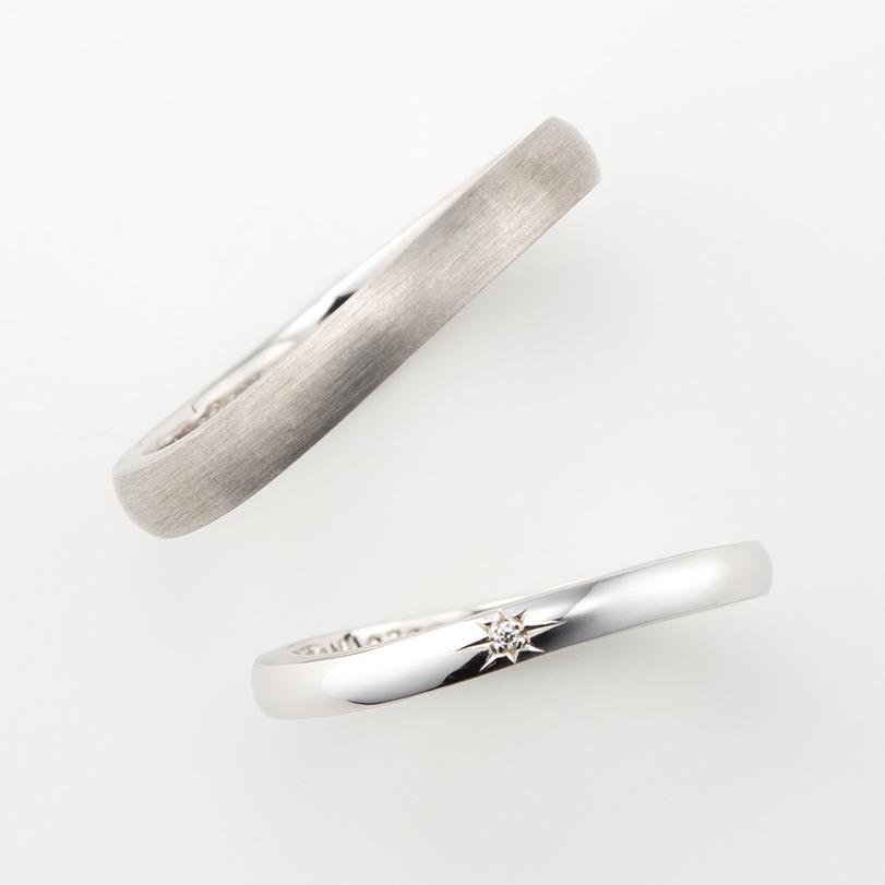 マットでクールなウェーブデザインのプラチナ結婚指輪