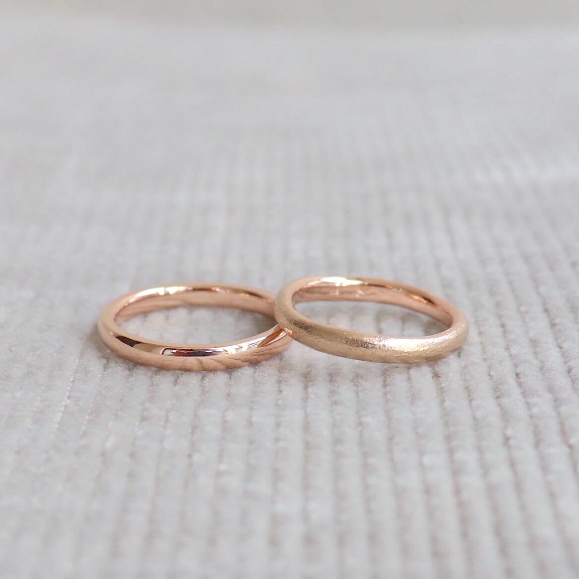 光沢とマットのピンクゴールドの結婚指輪