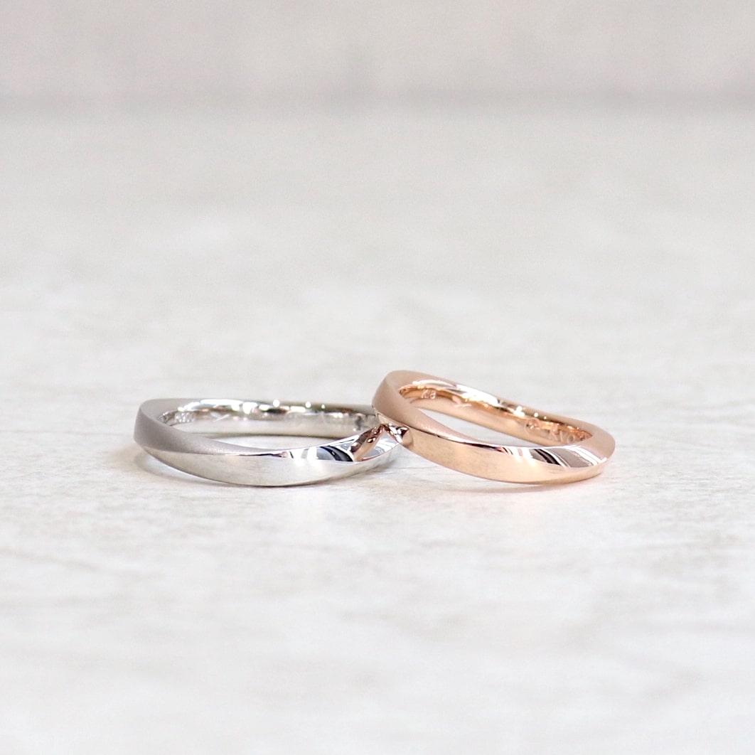 手元に優しく馴染むS字ウェーブの結婚指輪