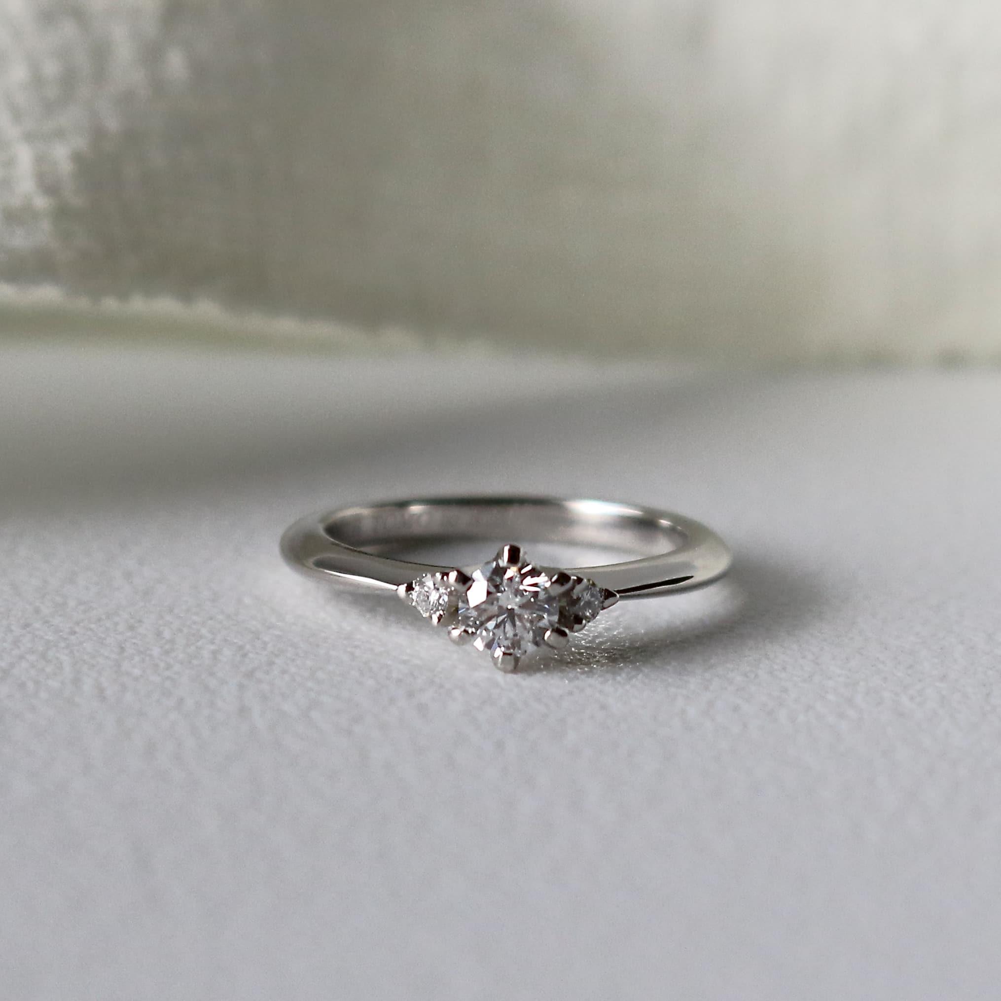 サイドメレタイプの重ね付けしやすいプラチナの婚約指輪